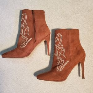 JUST FAB OUT WEST HEELS SZ 9